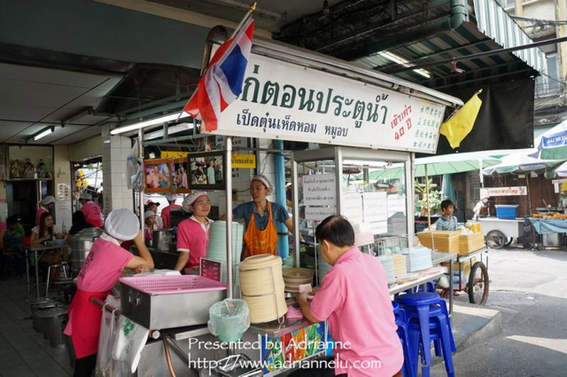 【曼谷自由行】BTS Chit Lom奇隆站 ─ 50年老字號粉紅制服的水門海南雞飯(磕巴哥)
