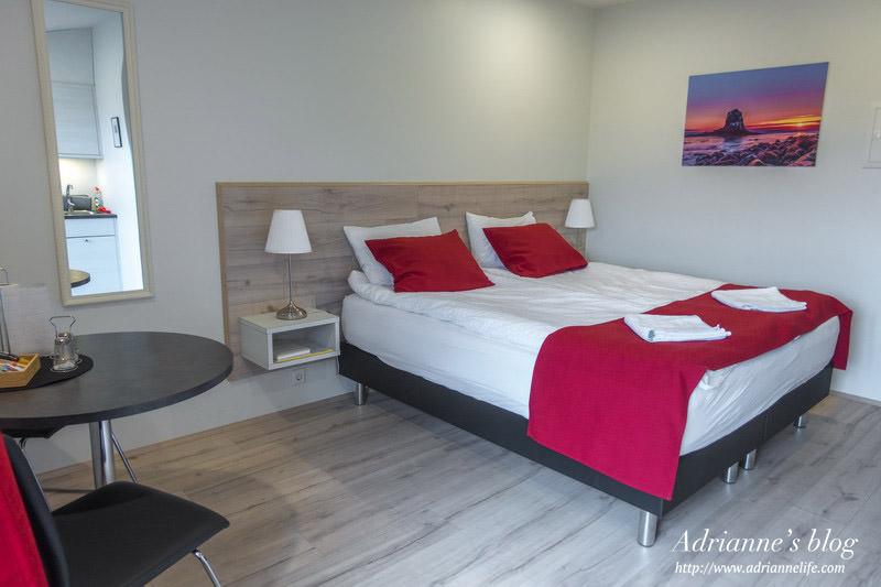 【冰島飯店推薦】Day7-3 斯卡加爾落日旅館(Skógar Sunset Guesthouse)間數少寧靜/環境乾淨/簡單的小廚房設備/門外有獨立陽台