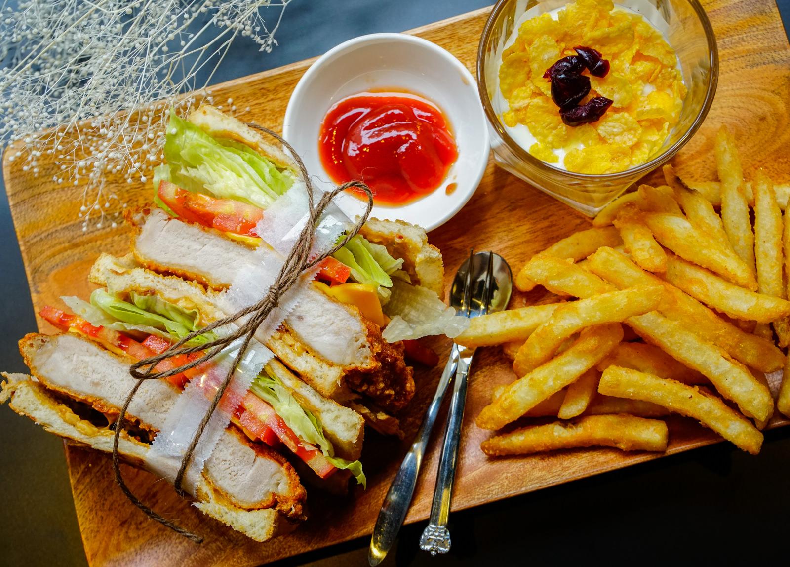 [高雄]花拾間咖啡廚房-飽足豬排三明治x美味家常味簡餐 充滿藝術氣息的咖啡店 高雄簡餐推薦