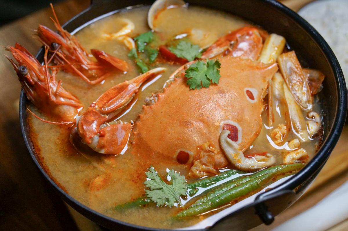 [高雄宵夜推薦]小義樓Kitchen-新推出!暖呼呼泰式螃蟹鍋~週末來聽駐唱吧!