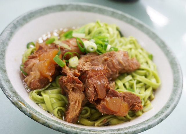 [高雄]大塊紅肉配綠色蔬菜麵!?常發養生蔬菜排骨麵