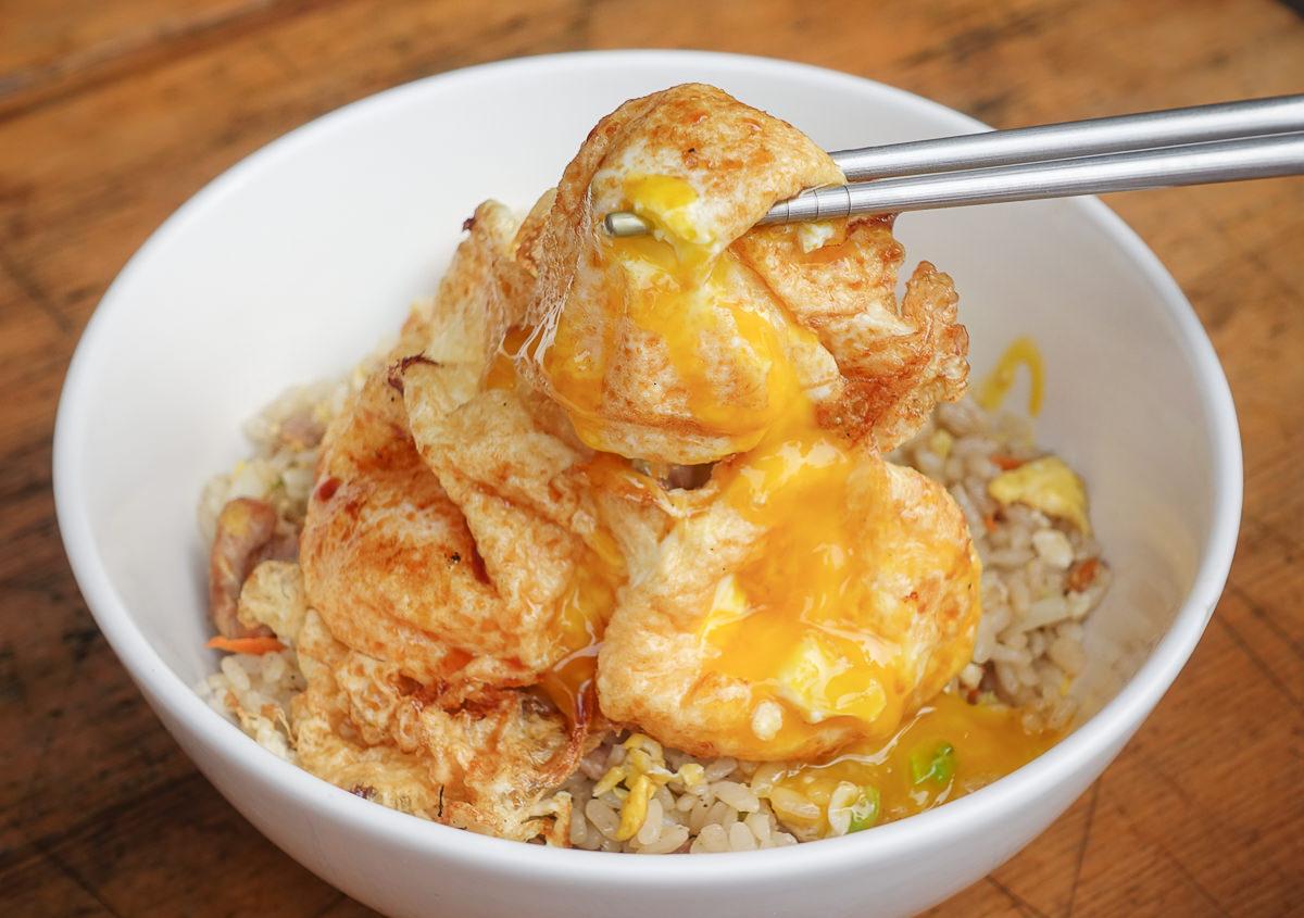 [高雄瑞豐夜市美食]無名爆漿蛋炒飯-銅板價大幸福!銷魂爆漿蛋x超香醬油炒飯