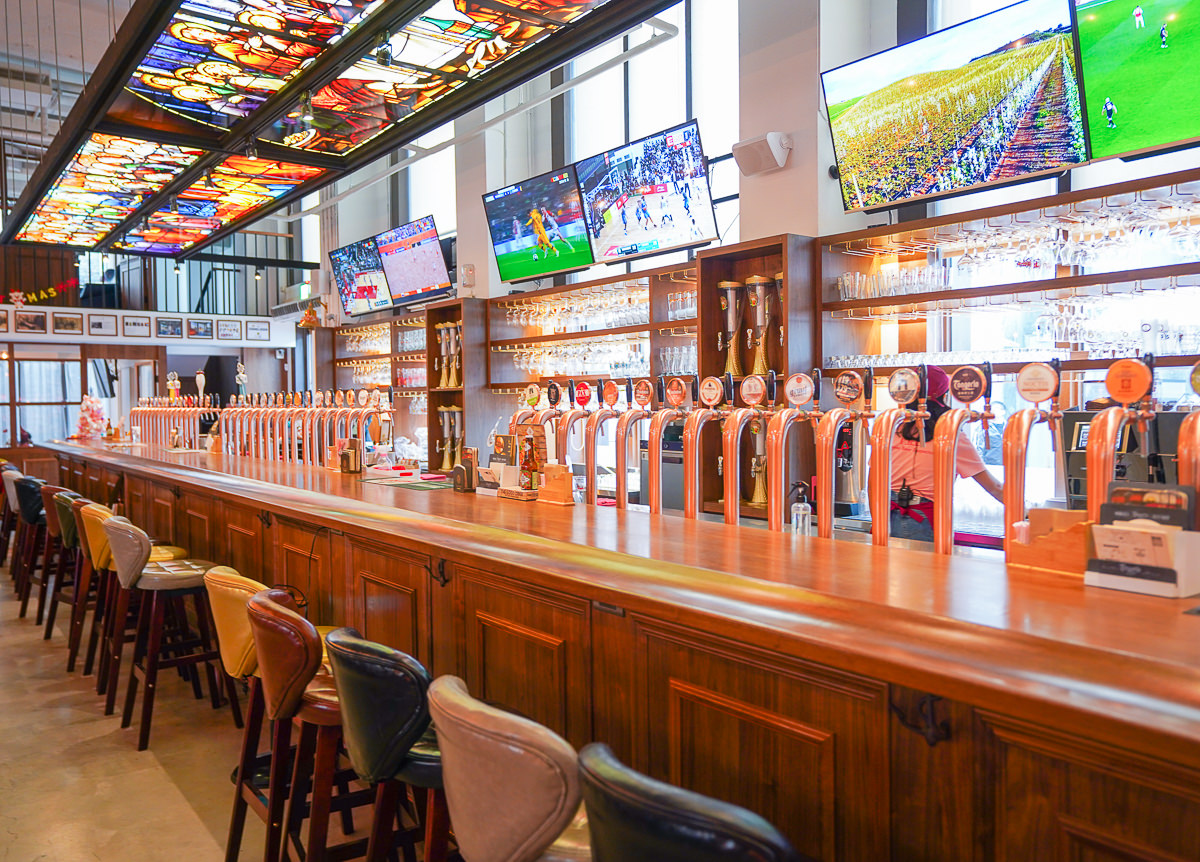 [高雄駁二美食]細酌牛飲Beer Talk全台最豪邁~68支生啤酒柱佔滿吧檯!比利時生啤酒專賣餐酒館