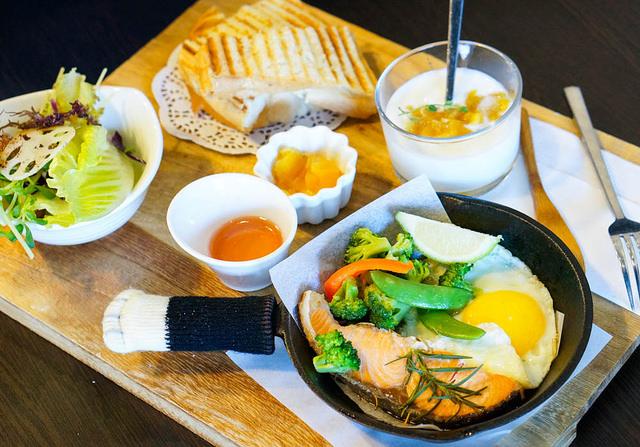 [高雄]150元C/P值超高鐵鍋拼盤早午餐!甜甜圈也好划算-RICO 2