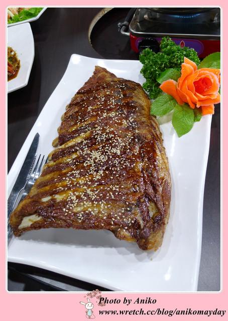 【妮。愛吃】比臉大2倍的超巨大豬肋排。台灣番鴨園區(板橋店)