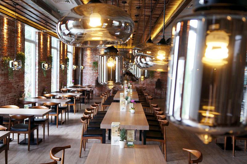 【台中西區餐廳】自在森林CAFE & MEAL – 裝潢寬敞漂亮.不怕宵夜沒地方去.聚餐慶生同學會有包廂可以盡情嗨