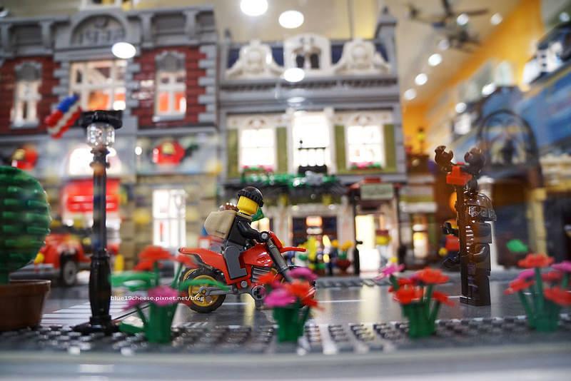【台中西區】找樂子積木咖啡 – 滿間樂高LEGO積木.巷弄親子餐廳.趕快來挖寶.喜歡可以秤重買回家.還有樂高巧克力人偶軍團喔.假日要提早預約喔~