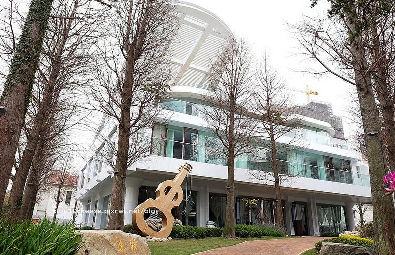 【台中西屯】琴森林主題餐廳PWF-白色鋼琴為主題的建築餐廳.林木環繞.一旁還有黑白琴鍵步道.漂亮唯美好拍.約會慶生選擇.台中再一IG打卡熱點.附有停車場