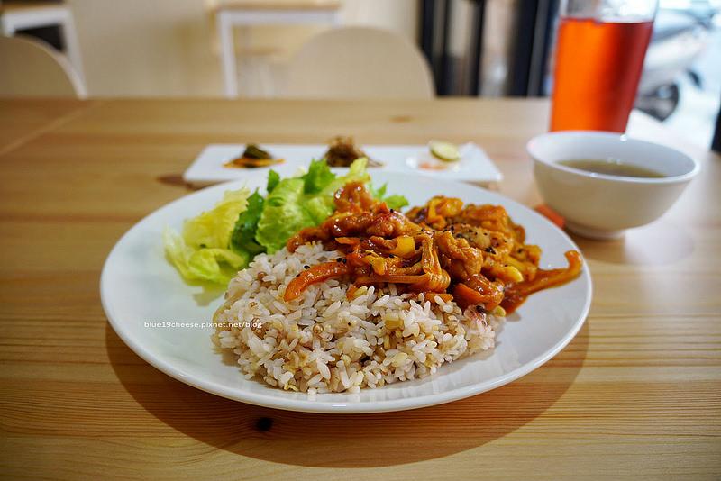 【台中西區】首爾的早晨서울의아침-有辣豬肉蓋飯.辛拉麵.拉辣炒年糕.蜜糖吐司.還有帕尼尼和起司捲耶.歐巴煮給你吃.哈韓族來報到吧.不一樣的韓式咖啡館
