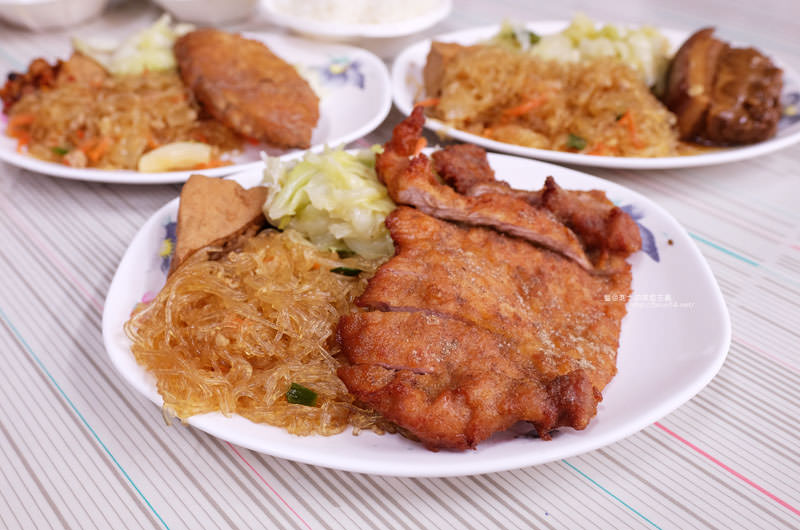 后呂村雞腿飯-台中便當.還有排骨飯獅子頭控肉飯魯肉飯鱈魚飯.人氣便當店.太慢來就吃不到雞腿飯了