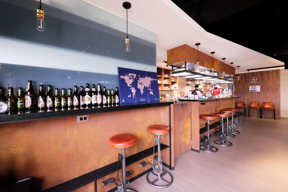 20170802115824 54 - 光明客棧idea Lab CAFE十樓咖啡館│吧台區擁有俯瞰城市景觀的窗景.有夜景就更讚了