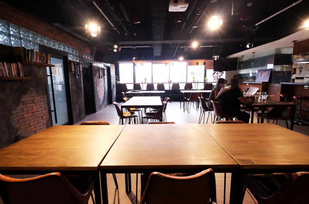 20170802115826 29 - 光明客棧idea Lab CAFE十樓咖啡館│吧台區擁有俯瞰城市景觀的窗景.有夜景就更讚了