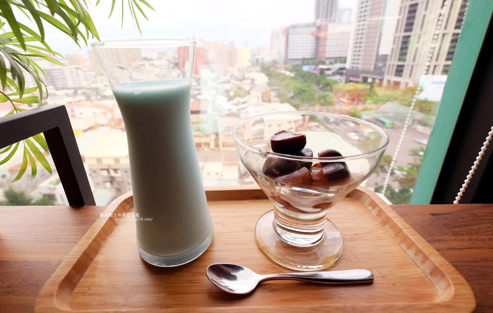 光明客棧idea Lab CAFE十樓咖啡館-吧台區擁有俯瞰城市景觀的窗景.有夜景就更讚了