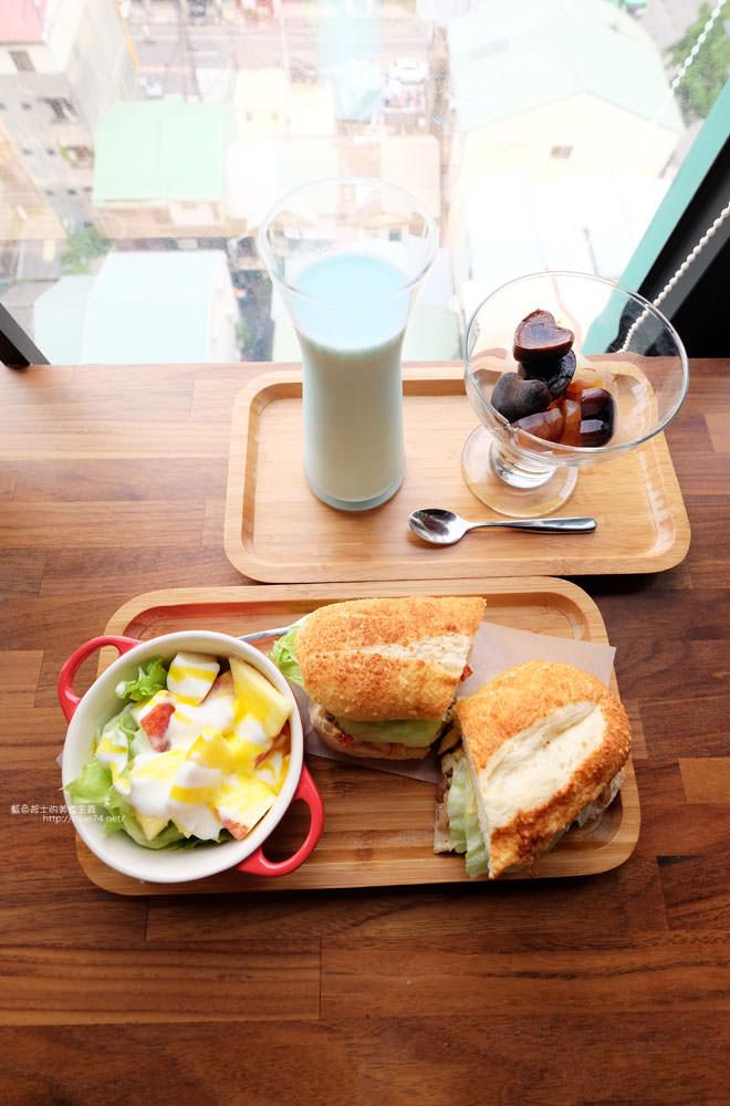 20170802115841 58 - 光明客棧idea Lab CAFE十樓咖啡館│吧台區擁有俯瞰城市景觀的窗景.有夜景就更讚了