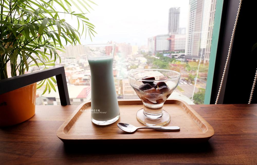 20170802115842 75 - 光明客棧idea Lab CAFE十樓咖啡館│吧台區擁有俯瞰城市景觀的窗景.有夜景就更讚了
