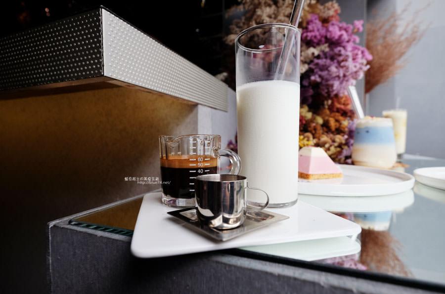 20171103011516 14 - 偷偷Toutou Cuisine-在精明商圈巷弄唯美玻璃屋乾燥花包圍.偷偷吃雙層心型夢幻抹茶和粉嫩金字塔甜點