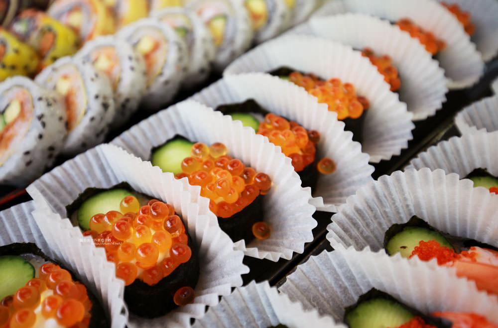 20171214010303 35 - 熱血採訪│天皇壽司,大里仁化黃昏市場新鮮平價外帶選擇性多花壽司,還有100元的丼飯也太划算!