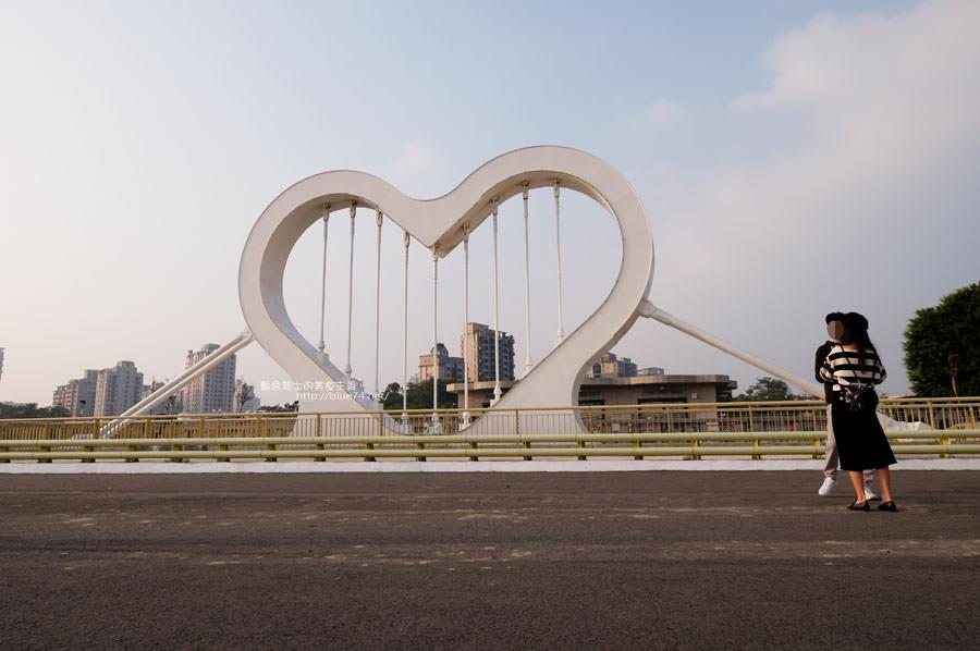 台中南區│西川橋-大大的純白愛心.情侶打卡熱點.在柳川2.0綠能生態河.旁邊還有海鷗形狀的崇倫橋及玉音橋.還沒完工.請注意安全