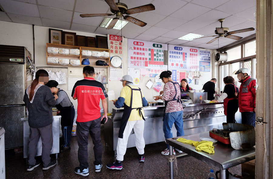 20180103004731 98 - 三代爌肉飯-在地老店.油亮亮滷透爌肉飯必點.辣椒不要忘記.用餐時間排隊排到門外了