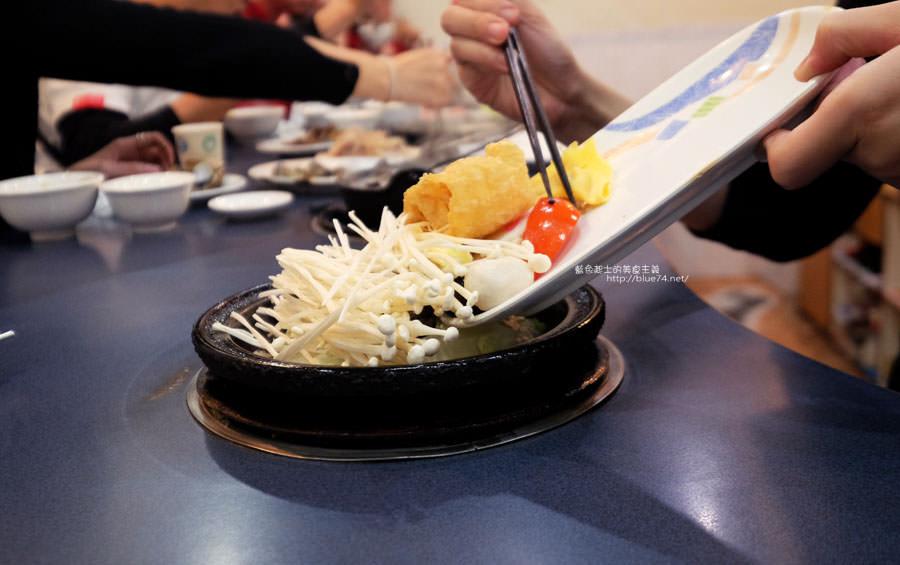 20180103014449 70 - 阿里郎迷你火鍋-整罐米酒的燒酒雞.蒜頭雞有滿滿的蛤蜊和蒜頭