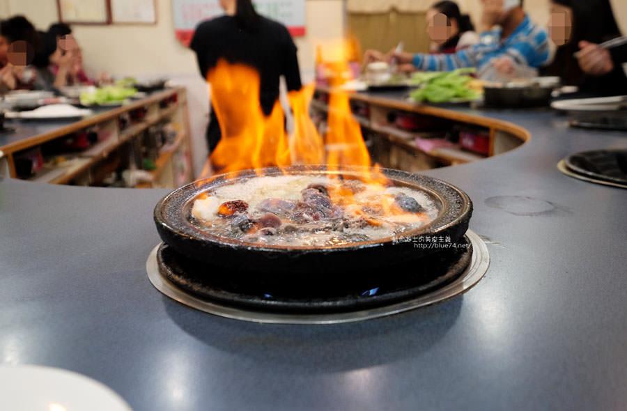 阿里郎迷你火鍋-整罐米酒的燒酒雞.蒜頭雞有滿滿的蛤蜊和蒜頭