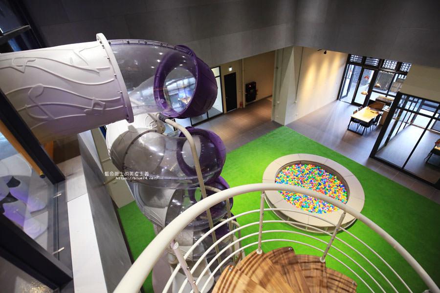 20180222112703 28 - 歐雅英雄主題館-各大英雄公仔與雕像.彩虹球池和溜滑梯.都在總太2020接待中心的二樓.免費參觀