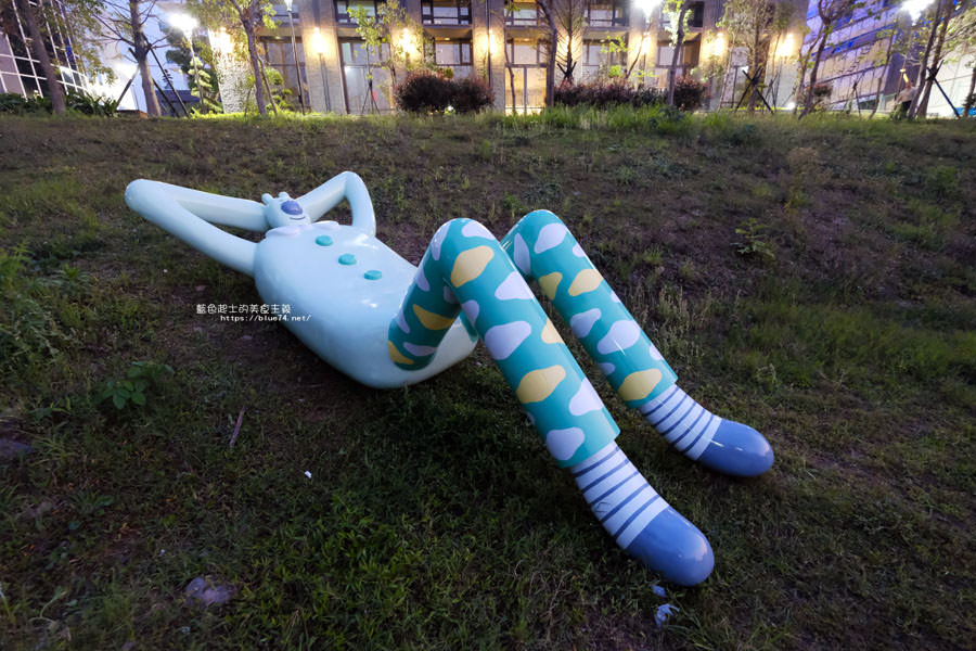 20180318014106 26 - 東湖公園-新打卡點.閱讀熊超人和午睡熊超人晚上更浪漫好拍.台中軟體園區Dali Art藝術廣場旁