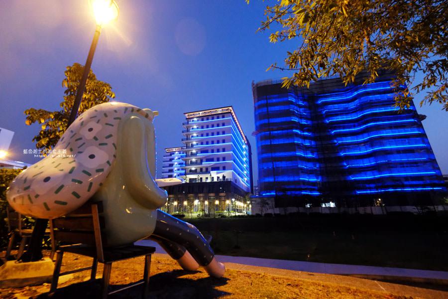 台中大里│東湖公園-新打卡點.閱讀熊超人和午睡熊超人晚上更浪漫好拍.台中軟體園區Dali Art藝術廣場旁