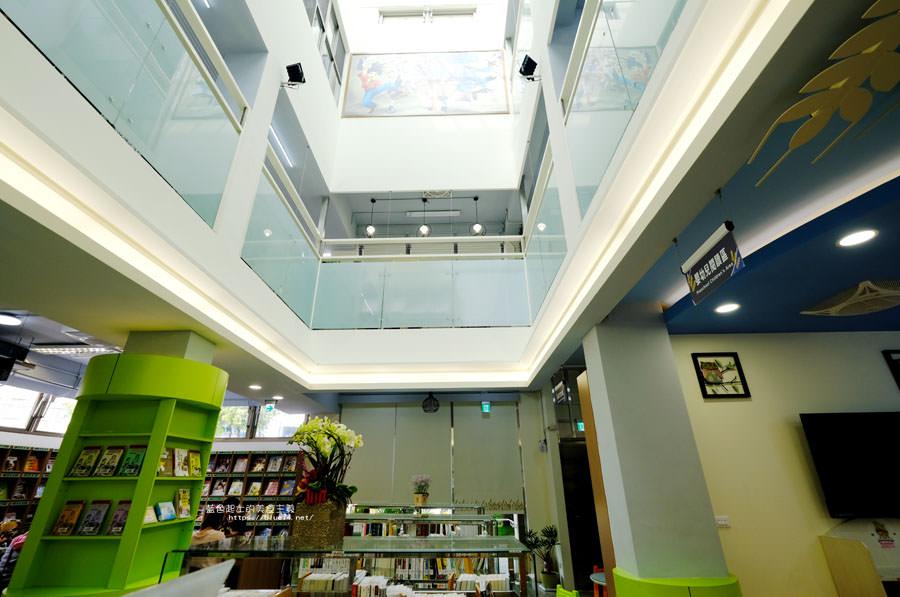 20180329105430 96 - 大雅圖書館│空間大改造的20年圖書館.大片玻璃有著大雅國小的綠意與充足光線