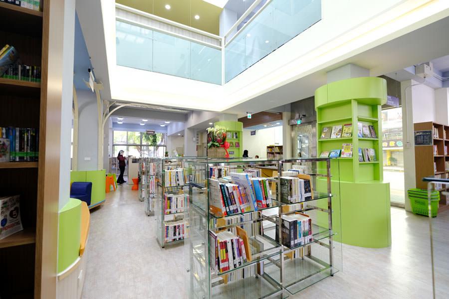 20180329105434 74 - 大雅圖書館│空間大改造的20年圖書館.大片玻璃有著大雅國小的綠意與充足光線