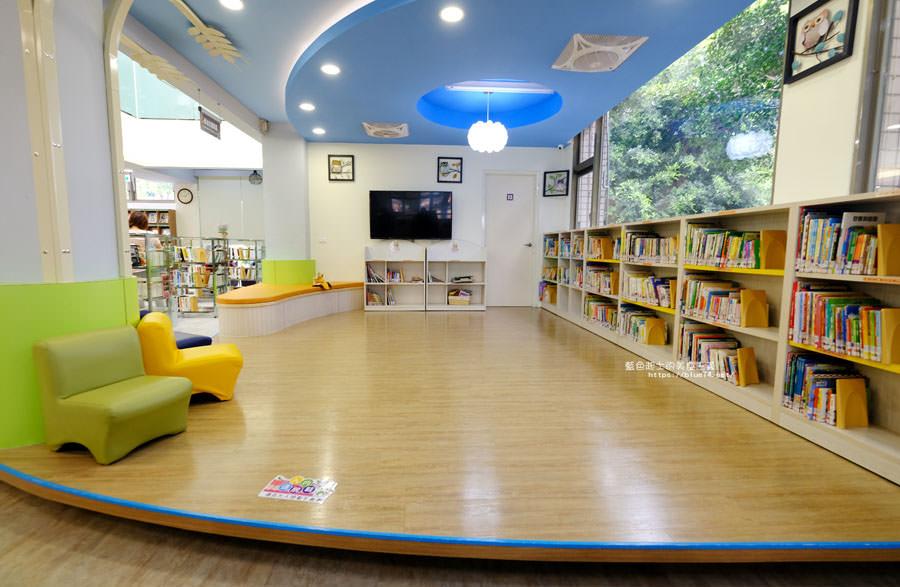 台中大雅│大雅圖書館-空間大改造的20年圖書館.大片玻璃有著大雅國小的綠意與充足光線
