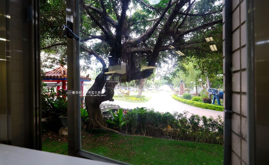 20180329105454 48 - 大雅圖書館│空間大改造的20年圖書館.大片玻璃有著大雅國小的綠意與充足光線
