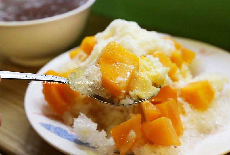 台中西區│樂群冷凍芋-冷凍芋冰和芒果牛乳冰好吃.第五市場內消暑好地方.帶有文青的老宅.還有一台漂亮的淡藍色老偉士牌