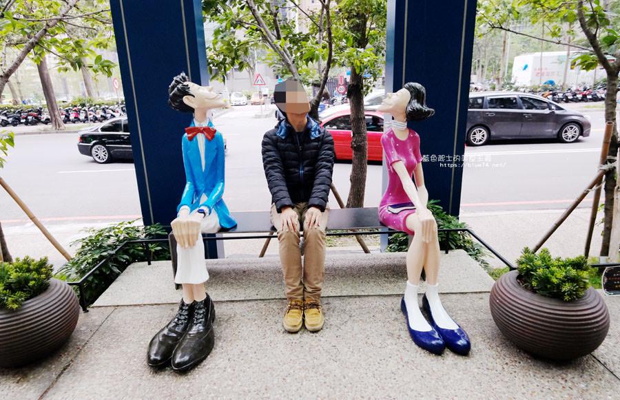 台中西屯│菲力三越-都會男女與可愛看書麋鹿.裝置藝術打卡點