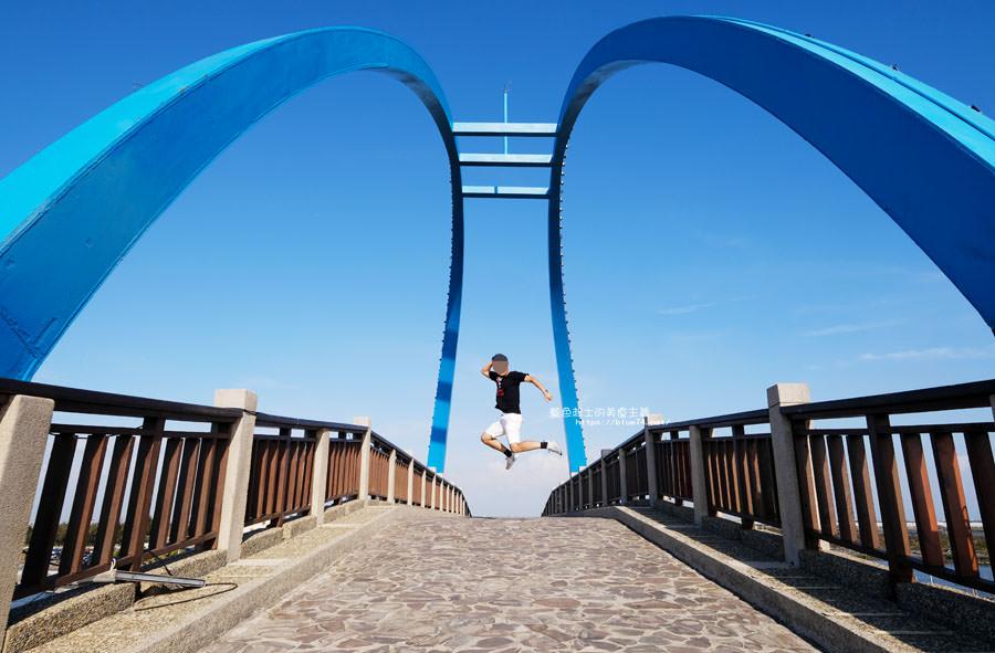 彰化芳苑│王者之弓橋-藍色跨港景觀橋.可欣賞漁港風光.王功燈塔和風力發電風車