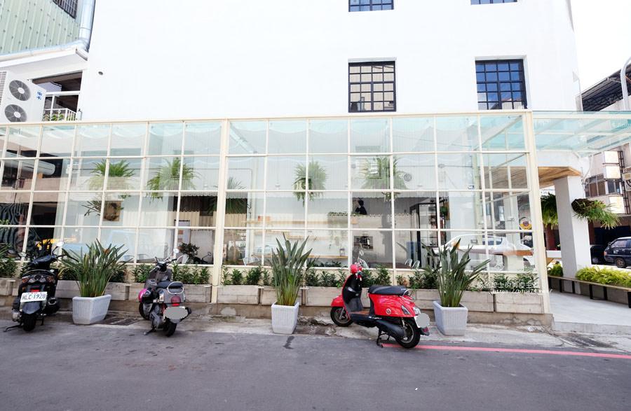 20180515122541 20 - 斑馬公寓咖啡│綠意點綴視覺系玻璃屋,還有網美必拍斑馬打卡牆喔