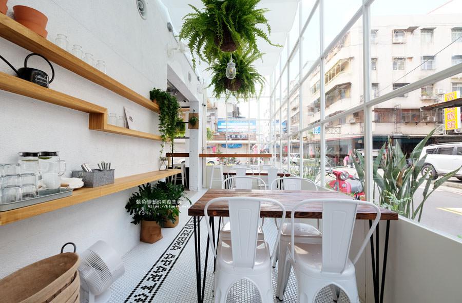20180515122549 83 - 斑馬公寓咖啡│綠意點綴視覺系玻璃屋,還有網美必拍斑馬打卡牆喔