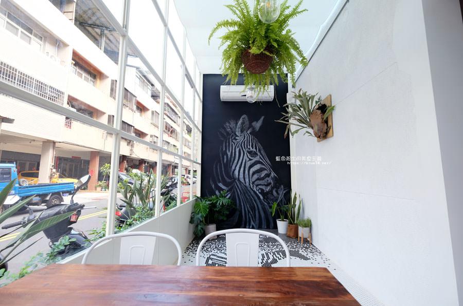 20180515122555 86 - 斑馬公寓咖啡│綠意點綴視覺系玻璃屋,還有網美必拍斑馬打卡牆喔