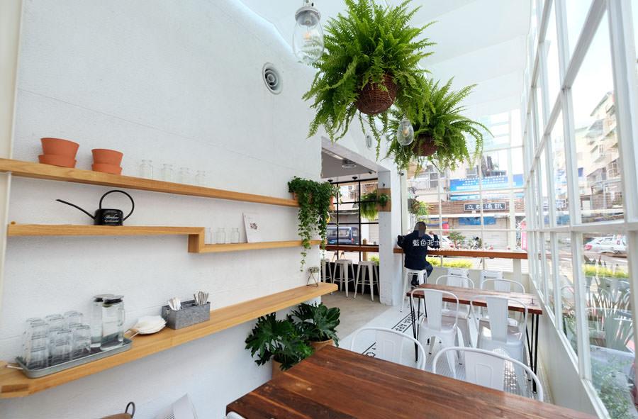 20180515122600 69 - 斑馬公寓咖啡│綠意點綴視覺系玻璃屋,還有網美必拍斑馬打卡牆喔