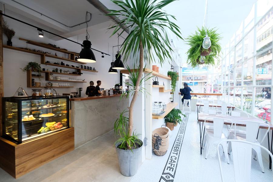20180515122616 24 - 斑馬公寓咖啡│綠意點綴視覺系玻璃屋,還有網美必拍斑馬打卡牆喔