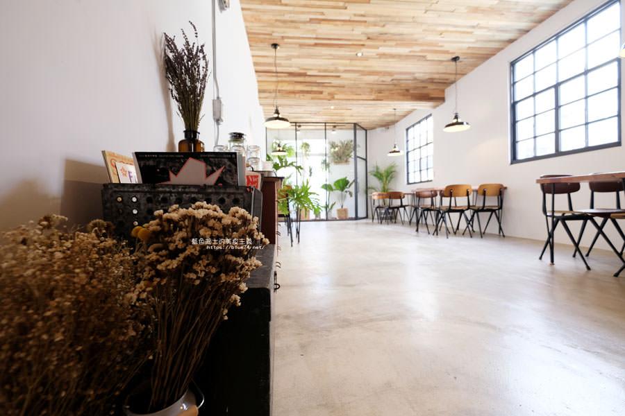 20180515122627 28 - 斑馬公寓咖啡│綠意點綴視覺系玻璃屋,還有網美必拍斑馬打卡牆喔