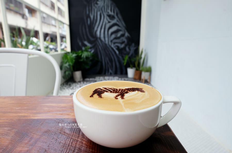 20180515122636 59 - 斑馬公寓咖啡│綠意點綴視覺系玻璃屋,還有網美必拍斑馬打卡牆喔