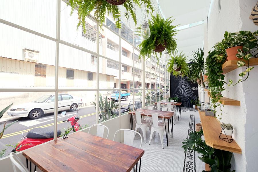 20180515122641 9 - 斑馬公寓咖啡│綠意點綴視覺系玻璃屋,還有網美必拍斑馬打卡牆喔