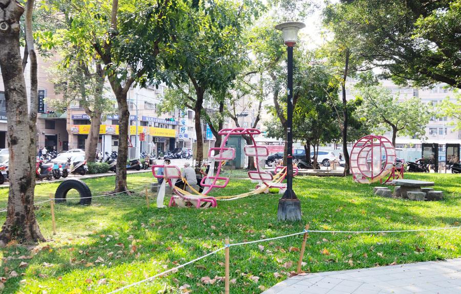 20180522012154 96 - 福星公園│大大可愛粉紅色冰淇淋球甜筒溜滑梯成為公園新打卡亮點