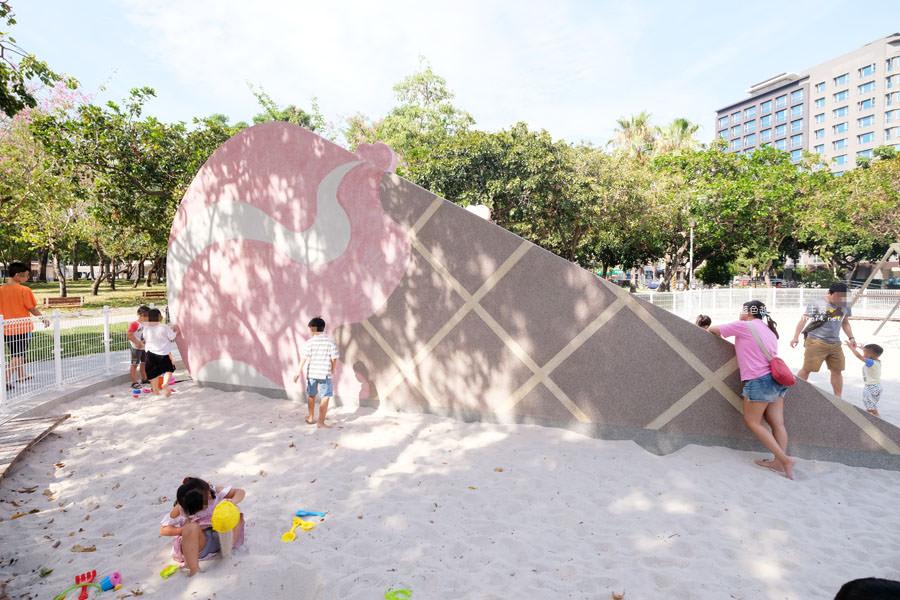 20180603202812 36 - 福星公園│大大可愛粉紅色冰淇淋球甜筒溜滑梯成為公園新打卡亮點