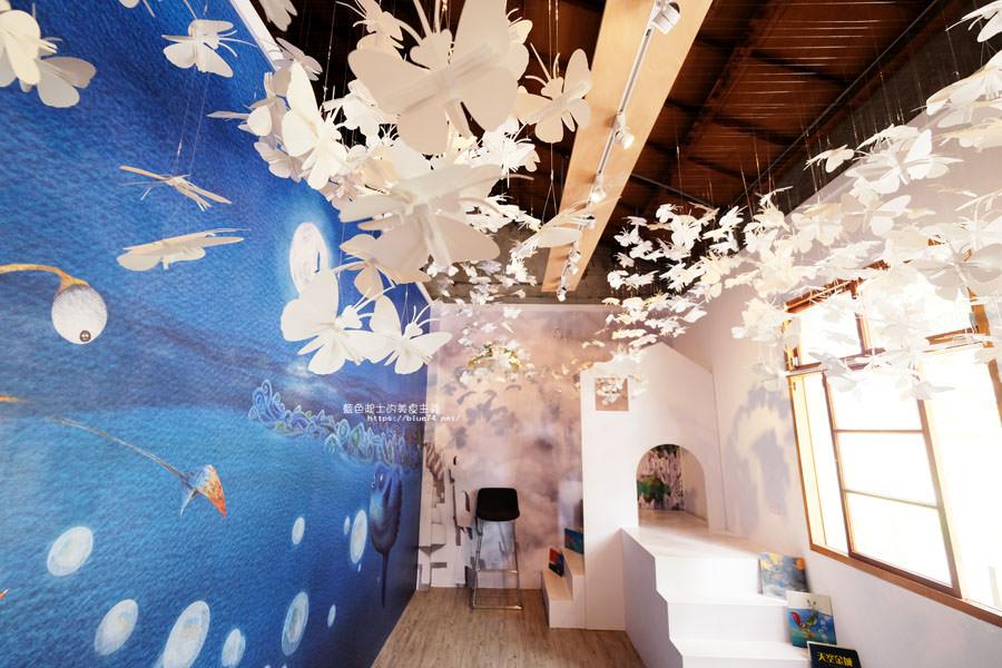 台中清水│海灣繪本館-海灣遇見大翅鯨的童話世界,白色群蝶繪本裝置展最驚豔,眷村變身充滿海洋元素想像空間繪本館
