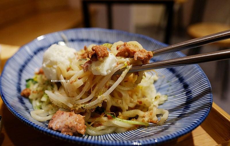 【台中龍井】誠食堂No More Lies-冰淇淋和麵拌在一起吃耶.麵食飯食湯品.東海別墅商圈美食