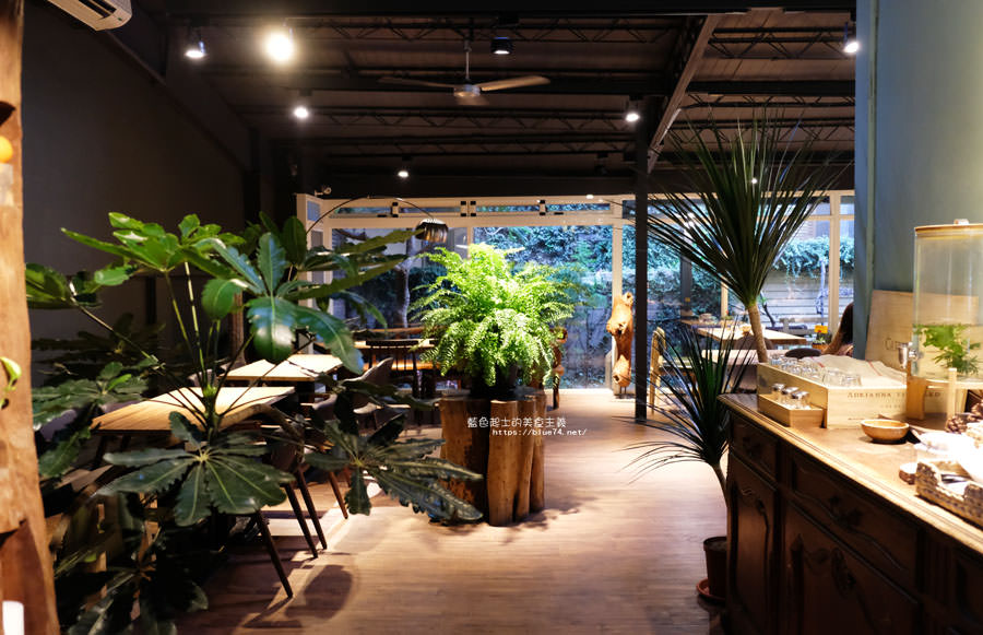 20180715021355 11 - 斐得蔬食│國美館商圈美食,用餐區讓人喜愛的木質調和綠意