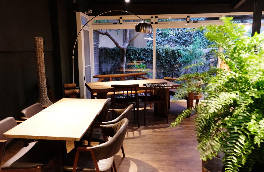 20180715021357 23 - 斐得蔬食│國美館商圈美食,用餐區讓人喜愛的木質調和綠意