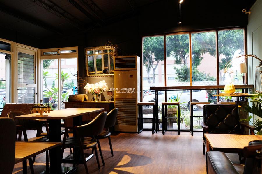20180715021358 14 - 斐得蔬食│國美館商圈美食,用餐區讓人喜愛的木質調和綠意
